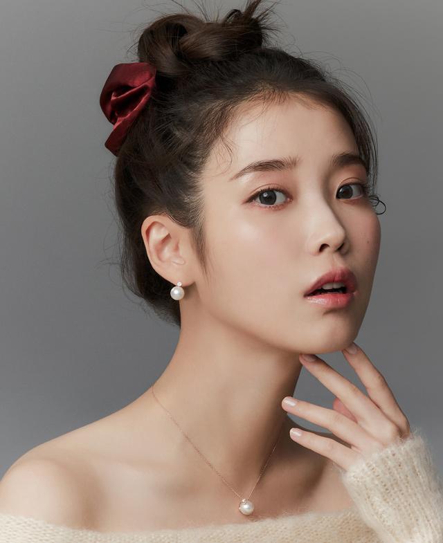 [1월아이템] 아이유 새틴 스크런치 - 퀸 레드 (Queen Red)