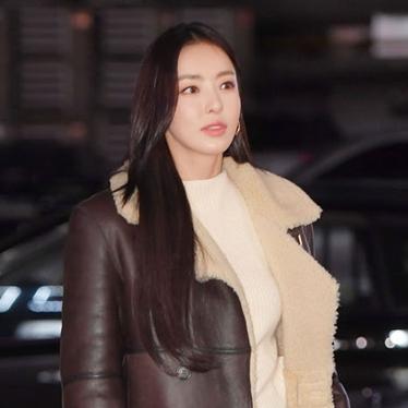 종방연 속 배우 이*희 핸드백